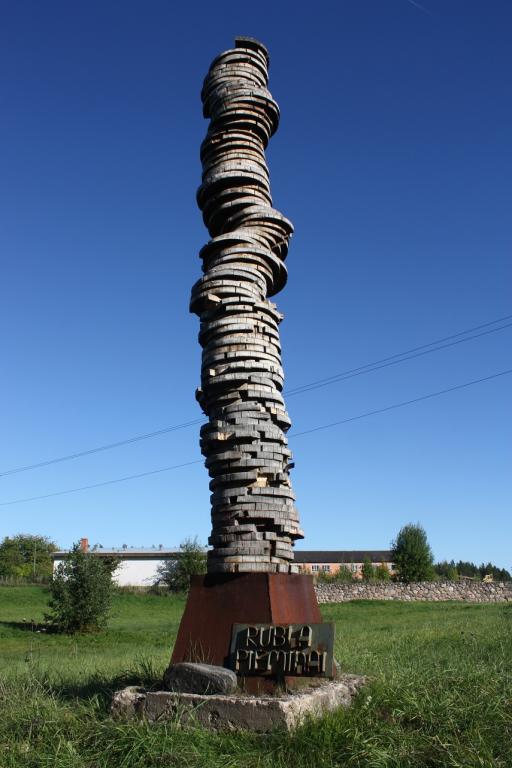 Piemineklis koka rublim. Madonas novads, Sarkaņu pagasts. 2012.g. augusts. Māra Loca foto.