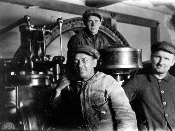 Valmieras pilsētas elektrostacijas iekšskats ap 1930.g. 1. no kreisās mašīnists Pēteris Riekstiņš