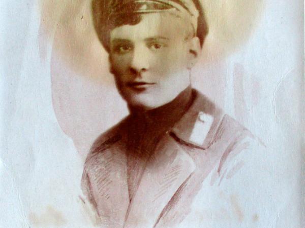 Edgars Krieviņš (1899–1919) Valmieras reālskolas skolnieka tērpā.  K. M. Hebenspergera foto Rīgā. Fotogrāfija pievienota  Lāčplēša Kara ordeņa domes aktam. [13]