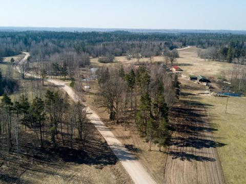 Vecviekšeļu viduslaiku kapsēta ar Zvanu priedi no ZZA. Rempi. Jaunpiebalgas pagasts. 2020.g. 7.aprīlis. V.Grīviņa foto.