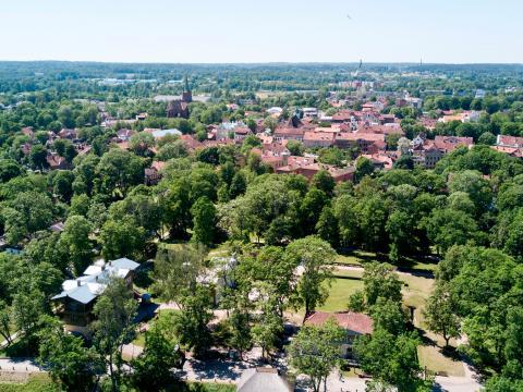 Kuldīgas ainava skatā no putna lidojuma. Priekšplānā - Livonijas ordeņa Kuldīgas pils vieta. 2020.g. 13.jūnijs. V.Grīviņa foto.