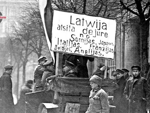 Plakāti Rīgas ielās sakarā ar Latvijas de iure atzīšanu. Rīga, 1921.gada 27. janvāris. Foto M. Lapiņš