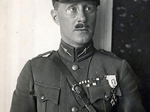 Goldfelds-Zeltiņš Latvijas armijas virsnieka formas tērpā.