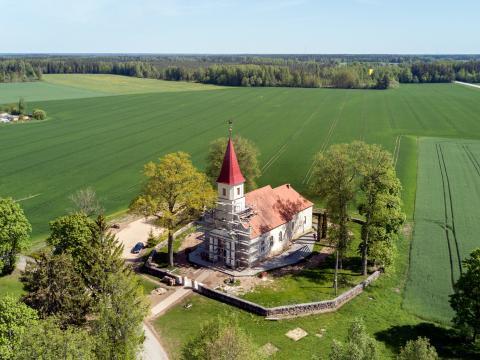 Rubenes baznīca skatā no putna lidojuma. Kocēnu pagasts. 2020.g. 27.maijs. V.Grīviņa foto.