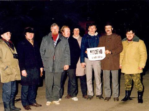 Kocēnieši pie ministru padomes. 1991.g. 13.janvāris. No labās puses: Dainis Ābelītis, Jānis Grava, Jānis Olmanis, Aivars Vīksna, Juris Miķelsons, Tālavs Megnis, Uldis Rolmanis un cēsinieks Jānis Beikmanis.