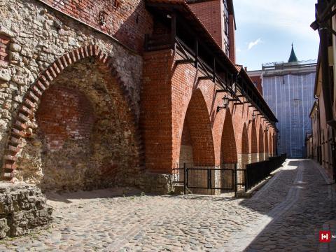 Trokšņu iela. Kreisajā pusē 1985.-1987.g. atjaunotā senās Rīgas aizsargmūra fragments ar Rāmera torni, ielas galā 1940.g. pabeigtā kara muzeja ēka un aiz tās – Pulvertornis. Vecrīga. 2021.g. 4.jūnijs. V.Grīviņa foto.