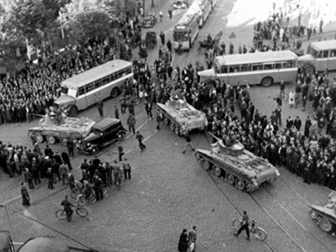 Krievu tanki un ziņkārīgo pūlis Stacijas laukumā Rīgā 1940.g. 17.jūnijā.