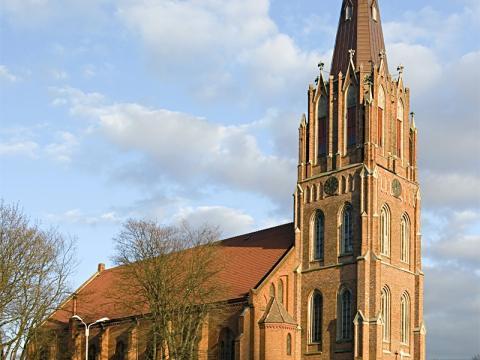 Sv. Annas baznīca. Liepāja, Kuršu laukums 5/6. Baznīcas vieta zināma kopš 1587. gada. Sākotnēji tā bijusi koka ēka, 19. gs. III cet. (1871–1891) pēc M. P. Berči projekta baznīca pārbūvēta, sākumā uzceļot baznīcas torni (1889) un tikai pēc tam – jomu (1893). Neogotika. Attēls: lv.wikipedia.org.