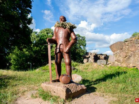 Bruņinieka skulptūra Aizputes pilsdrupās. Atklāta 01.04.2017. Aizpute. 2021.g. 30.jūnijs. V.Grīviņa foto.