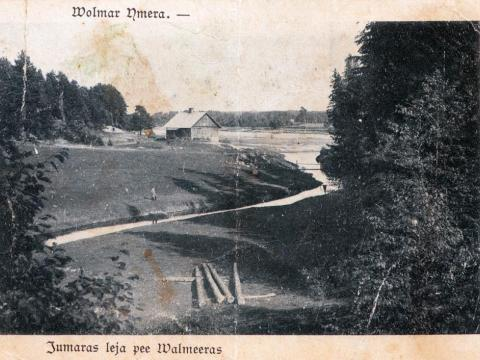 Gaujas mājiņa un vecā tilta vieta pie Jumaras ietekas Gaujā. 20.gs. sākuma pastkarte. No T.Pumpuriņa personīgās kolekcijas.