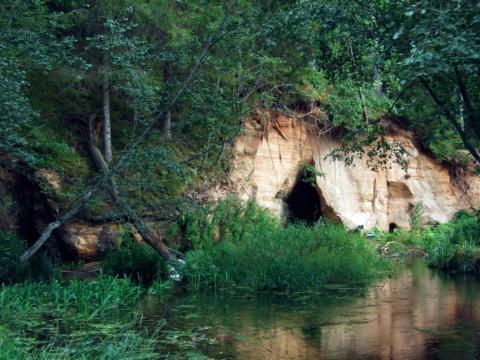 Stoķu-Līgotāju klintis ar Veselības avotu un Patkula alu. 2007.g. 11.augusts. A.Jakoviča foto.